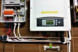 Instalacja fotowoltaiczna o mocy 5,28kWp - widok rozdzielnicy i falownika firmy Zeversolar TLC 5000 z Wi-Fi