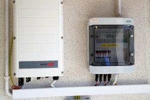 Instalacja fotowoltaiczna o mocy 6,2kWp - falownik firmy Solaredge SE6K z WiFi oraz skrzynka przyłączeniowa.