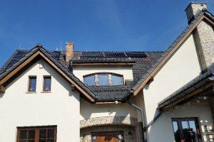 Instalacja fotowoltaiczna o mocy 6,2kWp na dachu skośnym z panelami monokrystalicznymi Longi LR6 o mocy 310W każy.