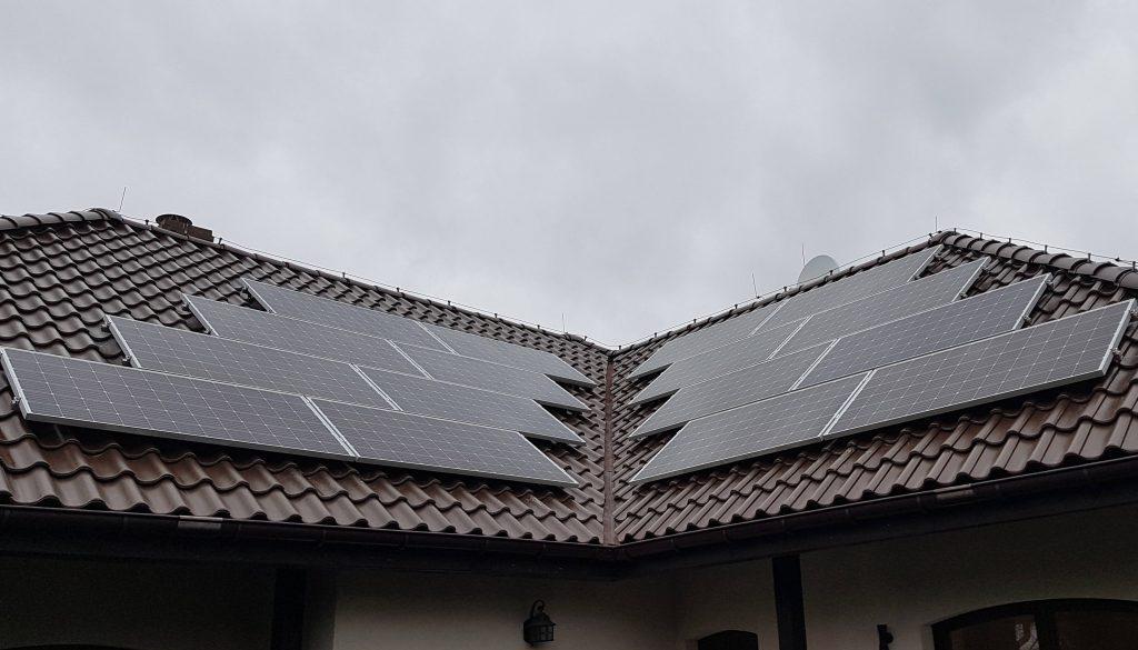 Widok dachu po montażu paneli fotowoltaicznych.